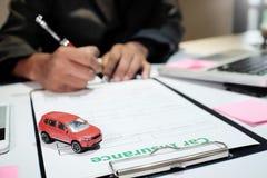 Ein Mann-Versicherungsmaklerangebot schützen Ihr Auto stockfoto
