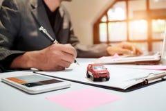 Ein Mann-Versicherungsmaklerangebot schützen Ihr Auto Stockbilder