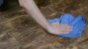 Ein Mann wäscht das Scheuertuch Männliche Hand wischt das Laminat, die Männer ` s Haushaltung, 4K ab stock footage