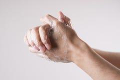 Ein Mann wäscht seine Hände mit Seife und Wasser lizenzfreie stockfotografie