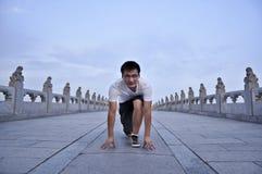 Ein Mannanfang zum zu laufen Stockbild