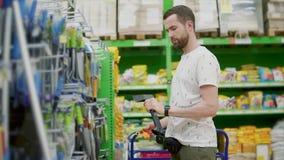 Ein Manneinkaufen in einem Baumarkt stock video footage