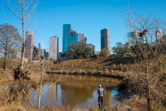 Ein Mannfischen vor im Stadtzentrum gelegener Houston-Ansicht Stockfoto