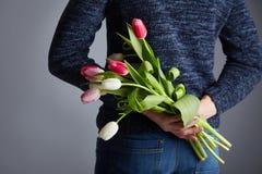 Ein Mannholdingbündel Tulpen lizenzfreies stockbild