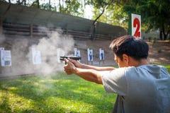 Ein Mannprüfungsfeuer für Glock 19 GEN 4 stockbilder