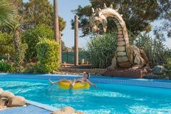 Ein Mannreiten auf einem Kreis im Wasserpark Stockbild