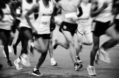 Ein Marathon laufen gelassen auf einer Stadtstraße Stockbild