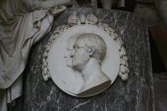 Ein Marmor-medalion, das zwei Leute darstellt stockbild