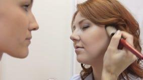 Ein Maskenbildner beendet das Make-up stock video footage