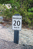 Ein Maximum 20 Kilometer pro Stundenzeichen entlang einer Schotterstraße Lizenzfreie Stockfotografie