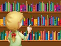 Ein Mädchen, das Bücher vorwählt Lizenzfreies Stockbild
