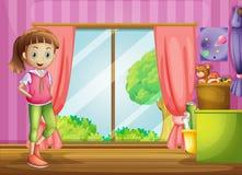 Ein Mädchen innerhalb des Hauses mit ihren Spielwaren Stockfoto