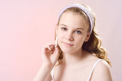 Ein Mädchen kümmert sich um der Haut Lizenzfreies Stockbild
