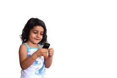Ein Mädchen mit Telefon Lizenzfreie Stockbilder