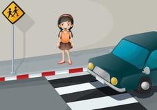 Ein Mädchen nahe dem Fußgängerweg mit einem Auto Lizenzfreies Stockfoto