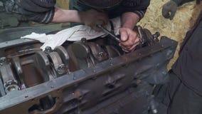 Ein Mechaniker, der Lkw-Motor repariert stock video footage