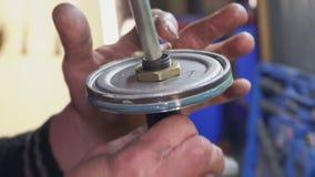 Ein Mechaniker repariert ein Teil für ein Auto oder eine LKW-Nahaufnahme stock video footage