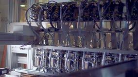 Ein Mechanismus für das Anheben und Verlegung von Solarzellen bewegt sich hin und her stock video footage