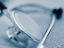 Ein medizinisches Hilfsmittel - Stethoskop auf einem geöffneten Buch Lizenzfreie Stockbilder