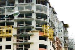 Ein mehrstöckiges Gebäude ist im Bau Moderne städtische Architektur stockfotografie