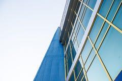 Ein mehrstöckiges Gebäude oben schauen Lizenzfreie Stockfotos