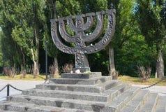 Ein menorah Denkmal eingeweiht den jüdischen Leuten durchgeführt im Jahre 1941 in Babi Yar in Kiew durch deutsche Kräfte holocaus stockbild