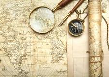 Ein Messingkompaß auf einem alten Kartenhintergrund Stockbilder