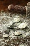 Ein Messlöffel voll des Mehls Lizenzfreies Stockfoto