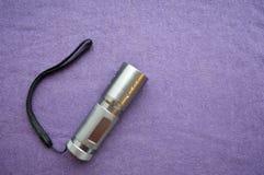 Ein metallisches, glänzend, gemacht von der Taschenlampe des Edelstahls LED Hand Lizenzfreie Stockfotos