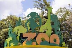Ein metallisches Zeichen eines Zoos Stockbild