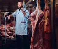 Ein Metzger in einer Fleischfabrik Stockfotografie