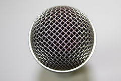 Ein Mikrofon auf weißem Hintergrund Stockfoto