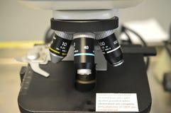 Ein Mikroskop-Stadium stockbild