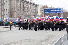 Ein Militärsäulengang mit vielen Musikern im schwarzen vollen Kleid mit Messinginstrumenten und russischen Flaggen während einer  lizenzfreies stockfoto