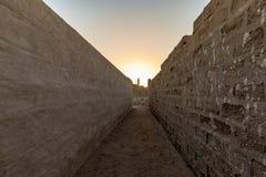 Ein Minarett im contre-jour am Ende einer Perspektive, Al Jazirah Al Hamra, Ras Al Khaimah lizenzfreie stockfotografie