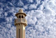 Ein Minarett im flaumigen Himmel Stockbilder