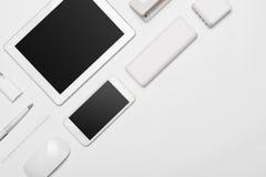 Ein minimalistic Satz weißes Geschäftszubehör und digitaler Entwickler stockbilder