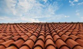 Ein mit Ziegeln gedecktes Dach und der Himmel stockfoto