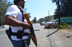 Ein Mitglied der Selbstverteidigergruppen am Eingang von Uruapan Lizenzfreies Stockbild