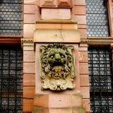 Ein Mittelalter Lion Face Sculpture auf der Wand von Heidelberg-Schloss Stockfotografie