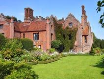 Ein mittelalterlicher englischer Landsitz und ein Garten Lizenzfreies Stockbild