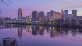 Ein mittelweiter langer Belichtungsschuß von im Stadtzentrum gelegenem Minneapolis und von Hennepin-Alleen-Brücke, die im mächtig stock footage