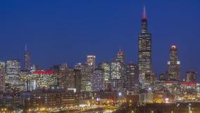 Ein mittlerer Abschluss oben auf Chicago-Skylinen und langem Belichtungsverkehr während einer Dämmerung zum Nachtwinter 4K UHD Ti stock footage
