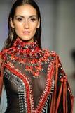 Ein Modell geht die Rollbahn bei Rocky Gathercole Runway Show während Art Hearts Fashion Miami Swim-Woche Stockbild
