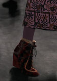 Ein Modell geht die Rollbahn an der Anna Sui-Modeschau während MBFW-Falles 2015 Lizenzfreie Stockfotos