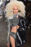 Ein Modell geht die Rollbahn an der Blonds-Modeschau Stockfotografie