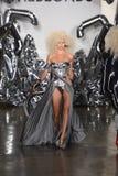 Ein Modell geht die Rollbahn an der Blonds-Modeschau Lizenzfreie Stockfotos