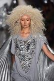 Ein Modell geht die Rollbahn an der Blonds-Modeschau Stockbilder