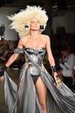 Ein Modell geht die Rollbahn an der Blonds-Modeschau Lizenzfreies Stockfoto