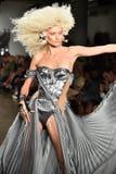 Ein Modell geht die Rollbahn an der Blonds-Modeschau Stockbild